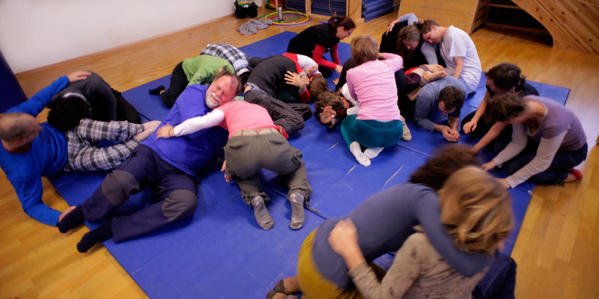 Foto einer Gruppe von Erwachsenen, die spielen