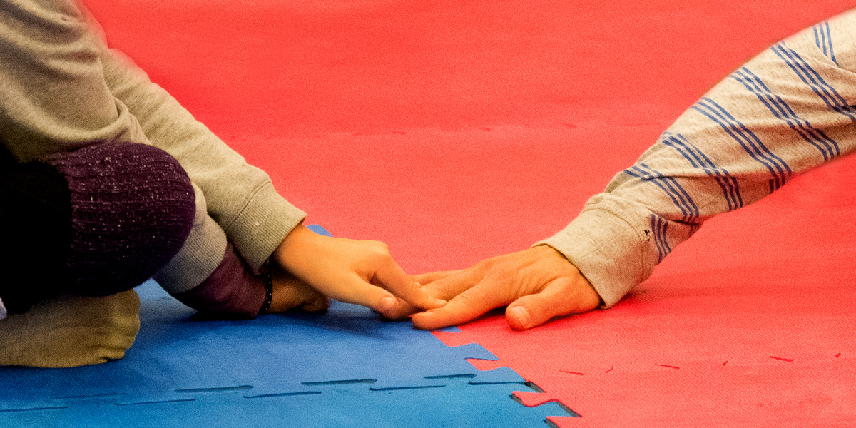 Foto: zwei Händer berühren sich sanft