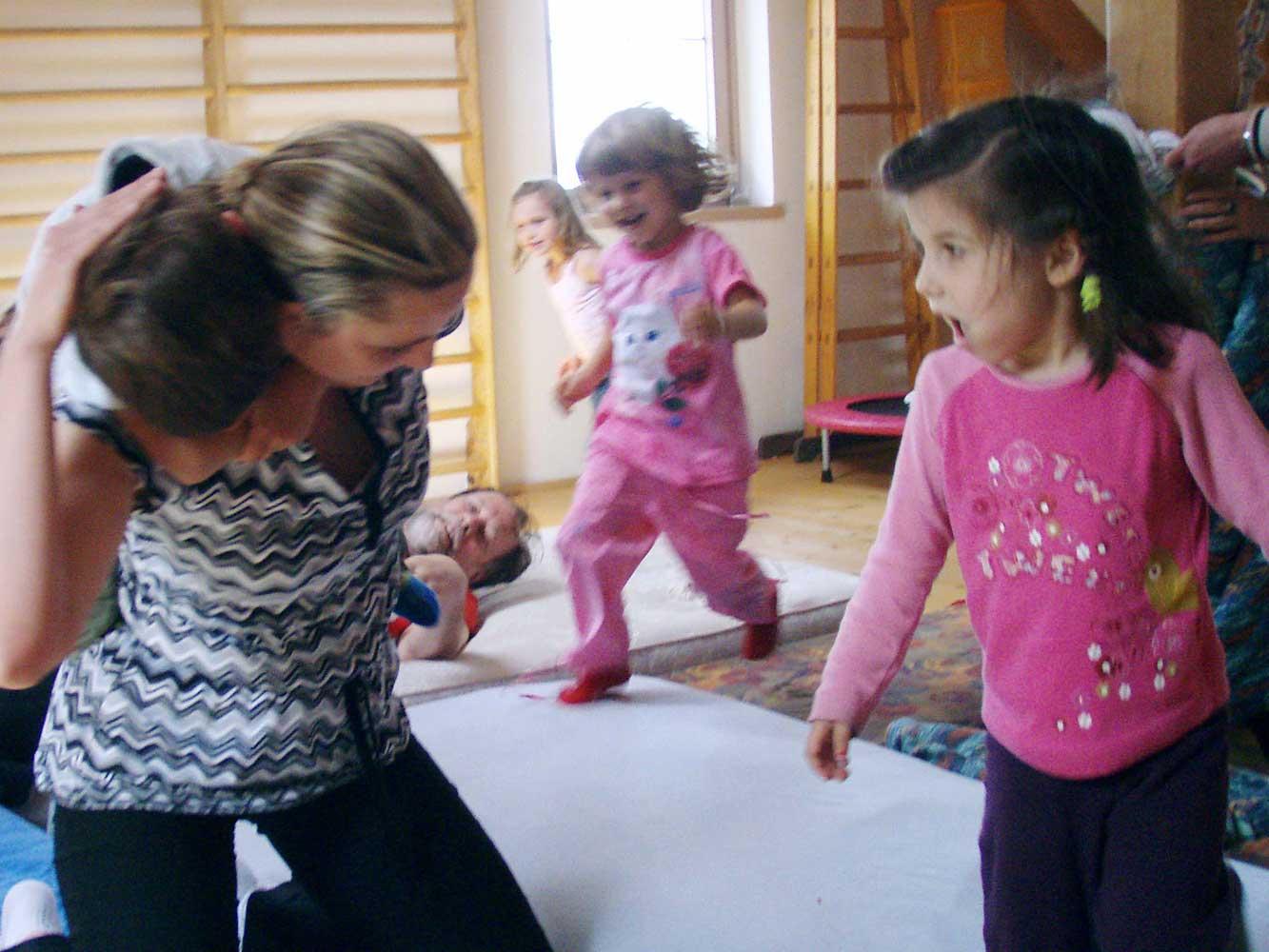 Jola spielt in einem Kindergarten