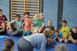 Klaus beim Spielen in einer Schule