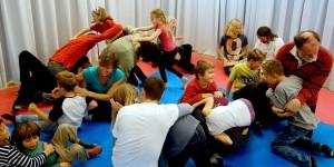 Foto einer Gruppe von Kindern und Erwachsenen, die spielen