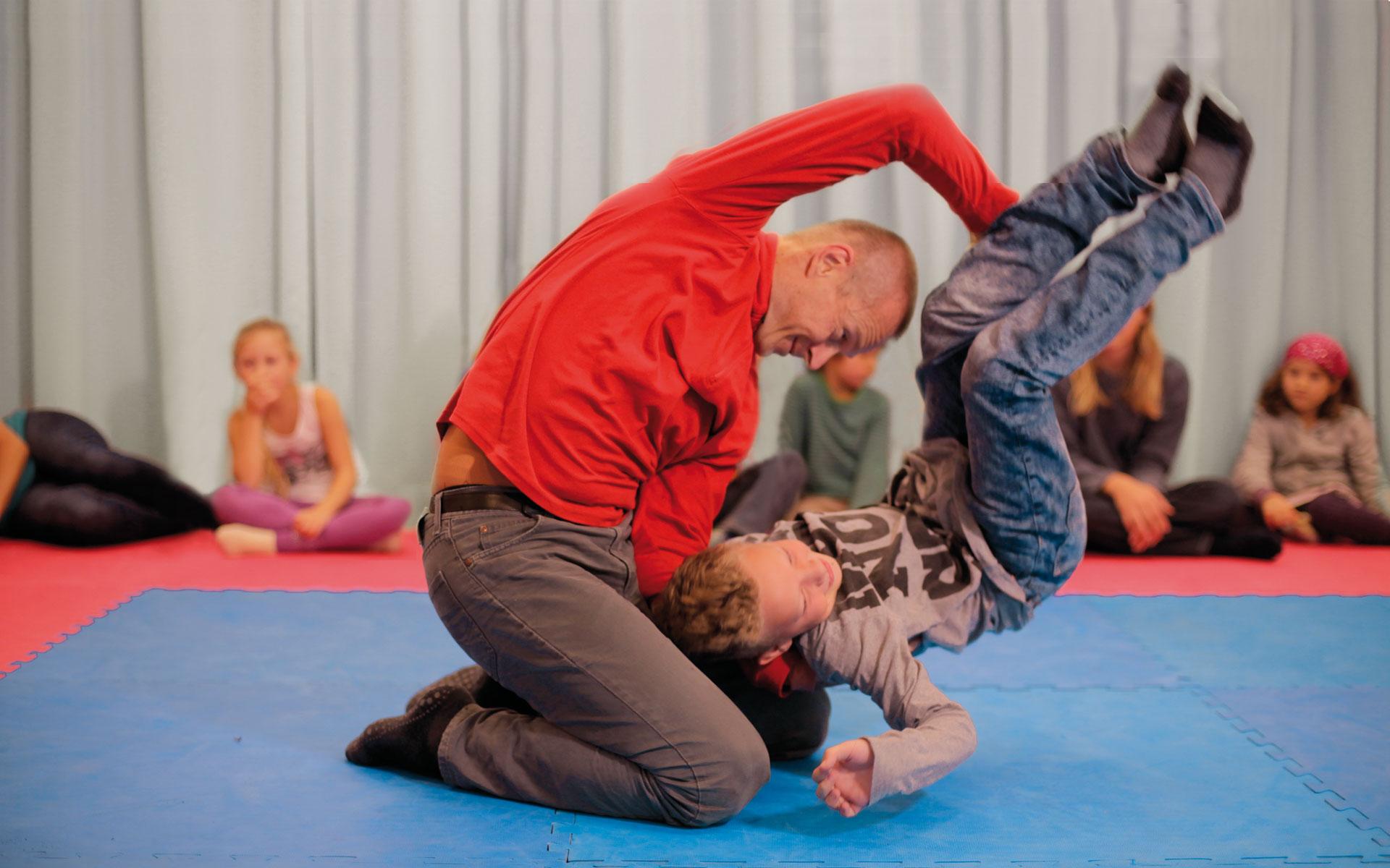 Rainer spielt mit einem Kind