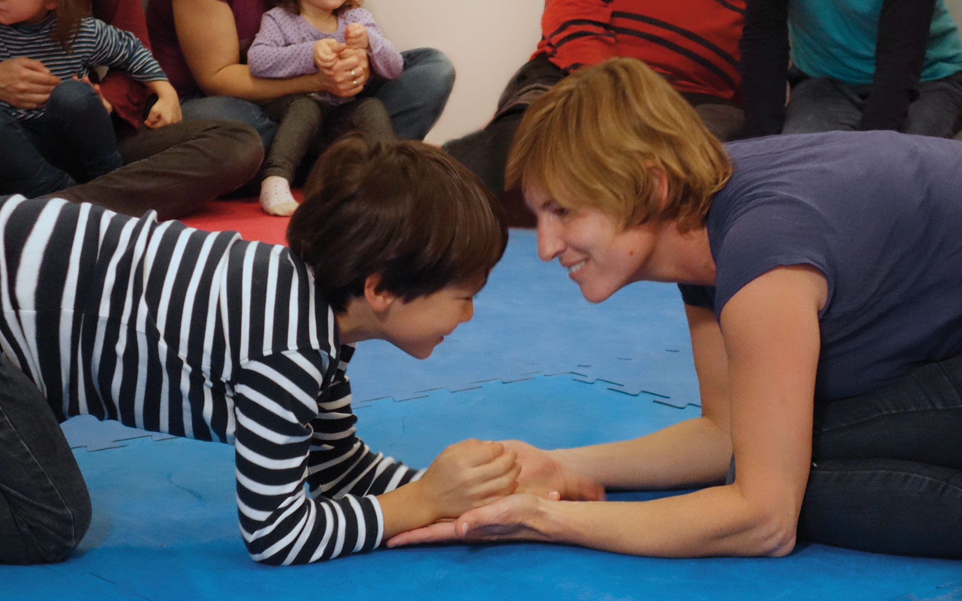 Sonja spielt mit einem Kind