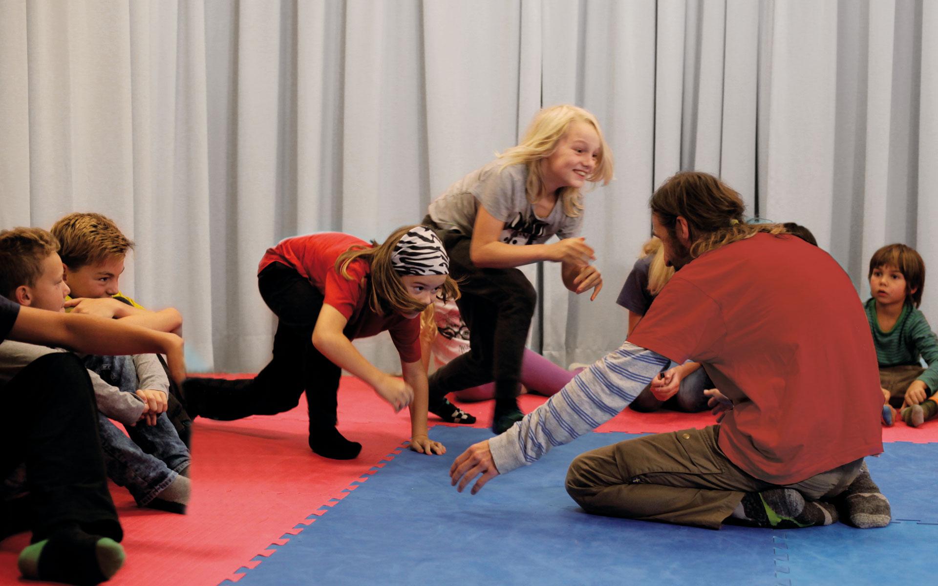 Foto von einem Kind und einem Erwachsenen beim Spielen